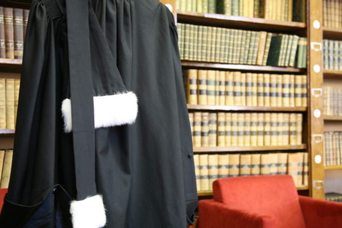 avocat-robe-bibliotheque-w1200.jpg